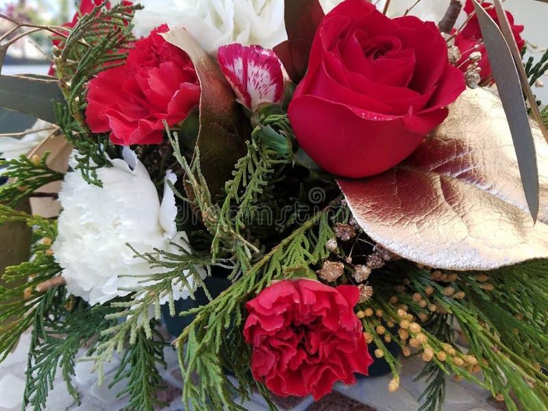 Een boeket van rozen, chrysant en visgraattakjes voor het nieuwe jaar en Kerstmis royalty-vrije stock foto