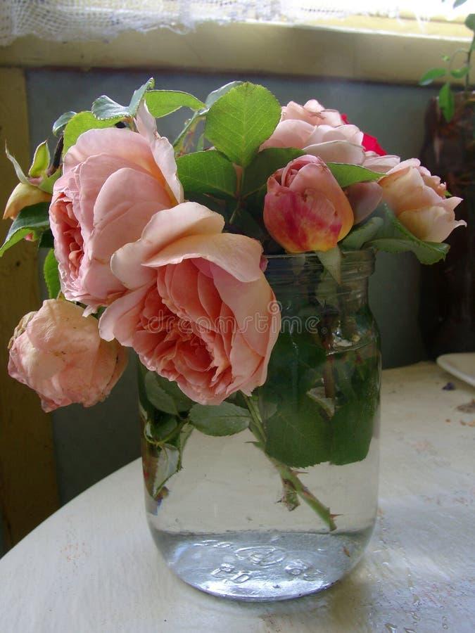 Een boeket van verse rozen in de bank stock afbeelding