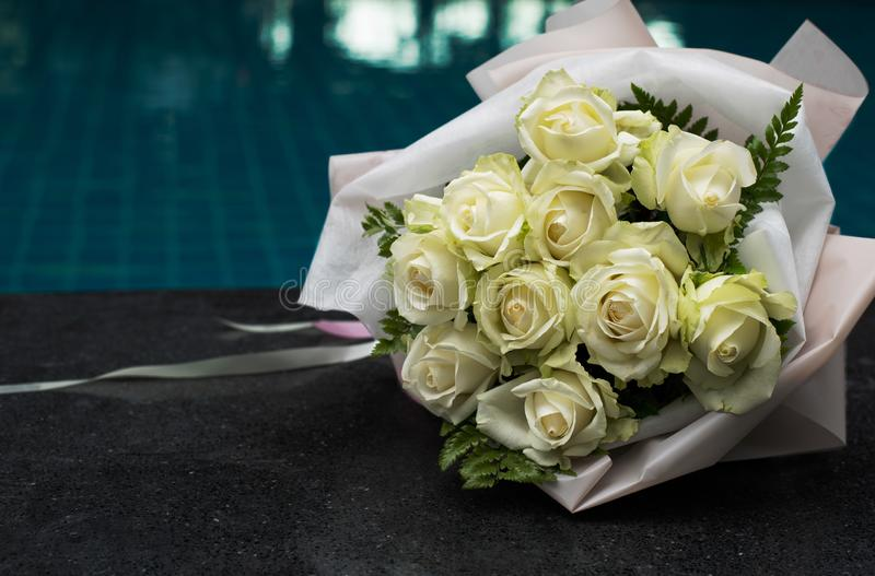 Een boeket van witte rozen royalty-vrije stock afbeelding
