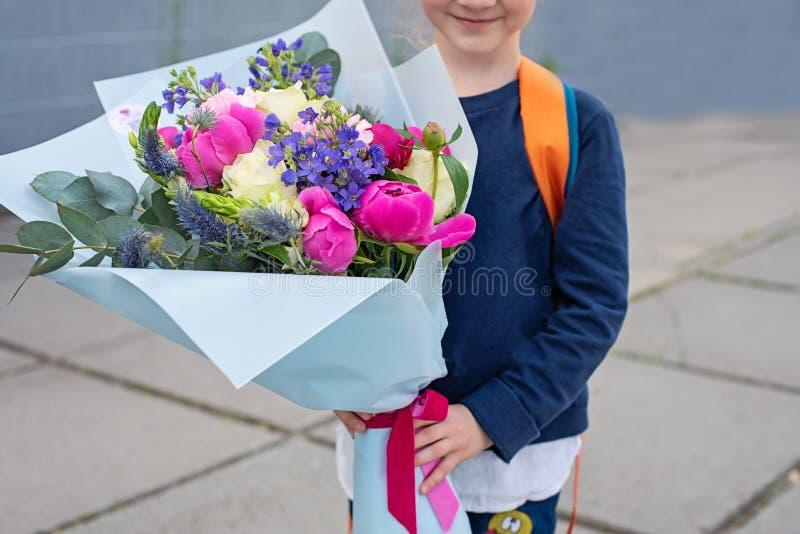Een boeket voor de eerste geliefde leraar op fir van September Bloemen voor de laatste klok Dag van kennis Begin van royalty-vrije stock foto