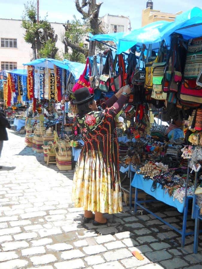 Een Boliviaanse vrouw die haar markt organiseren stock foto's