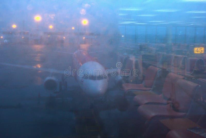 Een boog gevormde vliegtuigen op Don Mueang-luchthaven door het poortvenster Denk van spiegel in poort na stock afbeelding