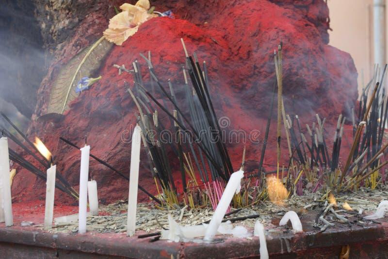 Een boom is gesmeerd en aanbeden met vermillion als Godin Kali door Hindus in Bargabhima-Tempel royalty-vrije stock afbeelding