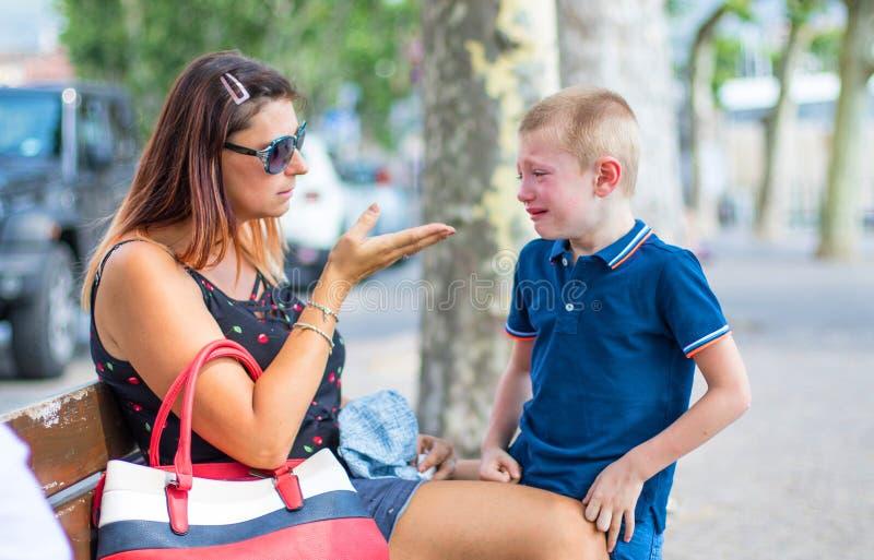 Een boos mamma die haar zoon berispen Het concept van het kindonderwijs royalty-vrije stock afbeeldingen