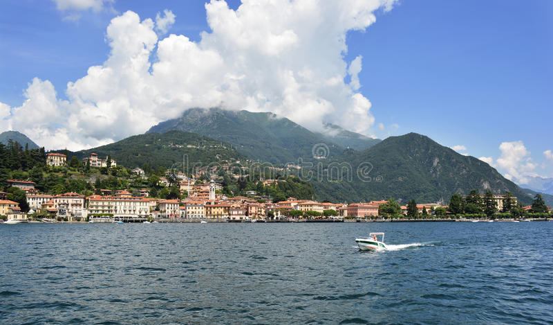 Een Boot bij Como-Meer in Italië stock foto's