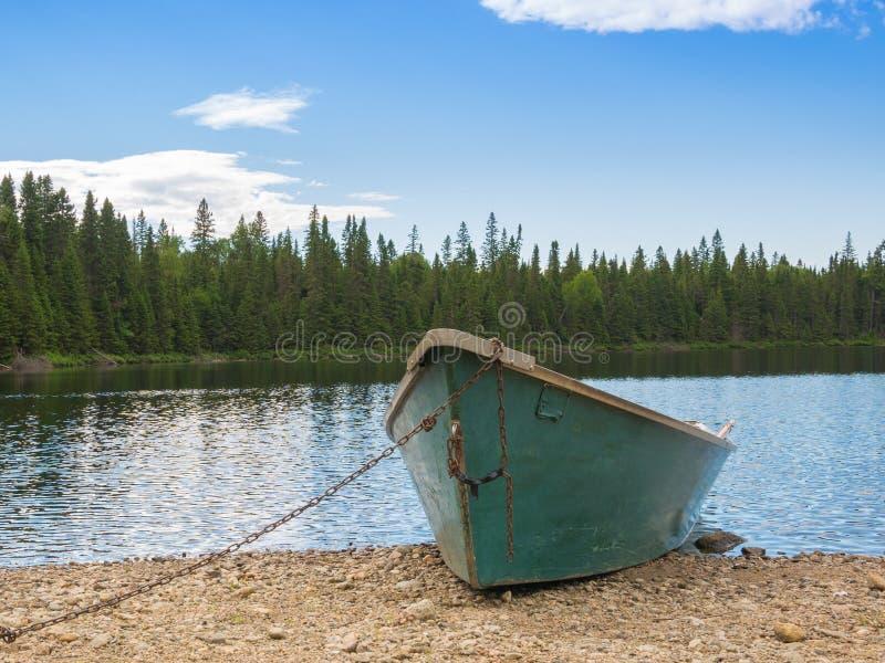Een boot in de rand van een meer, Portneuf, Quebec, Canada stock foto's