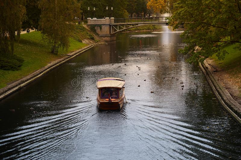 Een boot die in het park dichtbij Lets Nationaal opera en ballettheater in Riga, Letland varen stock afbeeldingen