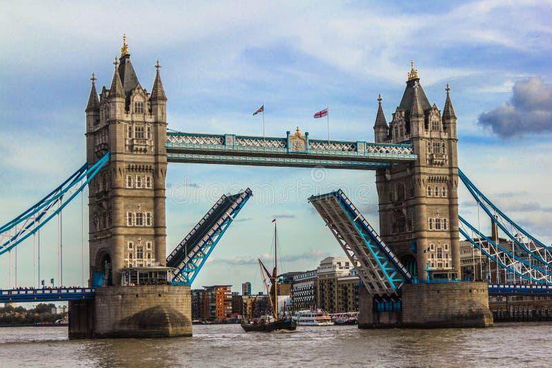 Een boot die onder Torenbrug gaan royalty-vrije stock foto's