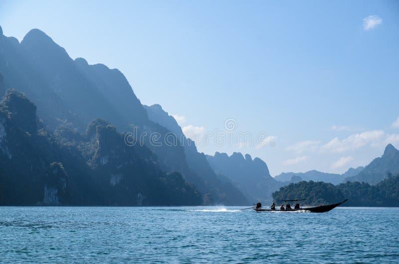 Een boot in een meer royalty-vrije stock afbeeldingen