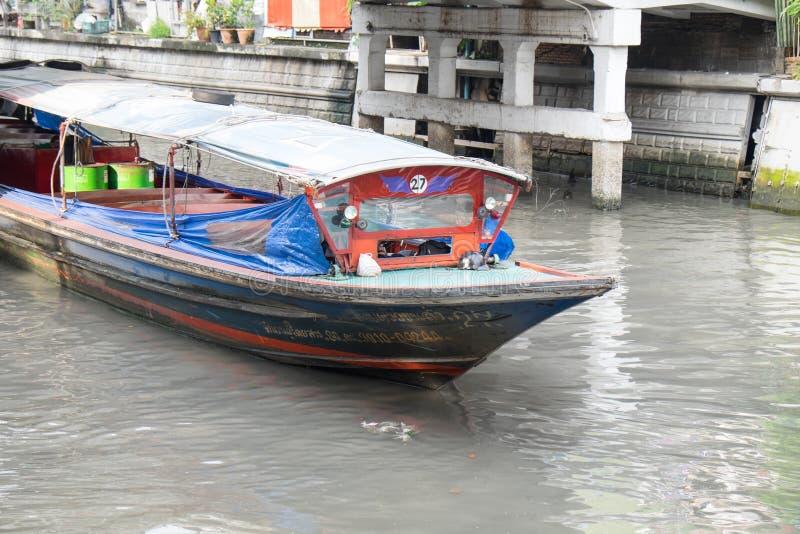 Een Boot in Khlong Phadung Krungkasemboat is een kanaal in B van de binnenstad royalty-vrije stock afbeeldingen