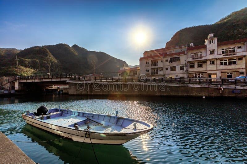 Een boot in een lokale habour van Taipeh, Taiwan wordt geparkeerd dat royalty-vrije stock fotografie