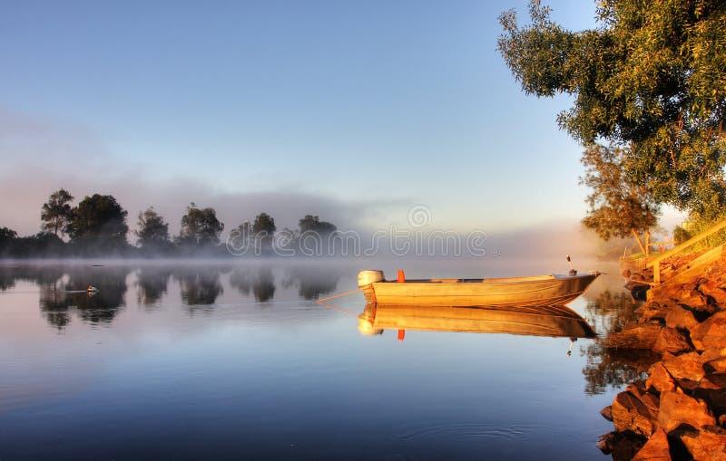 Een boot in mist royalty-vrije stock foto