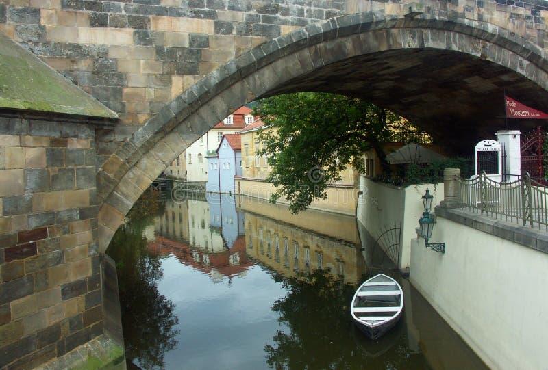 Een boot onder de brug royalty-vrije stock foto's
