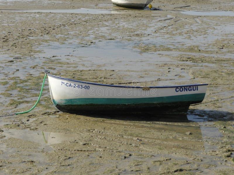 Een boot op het strand stock foto's