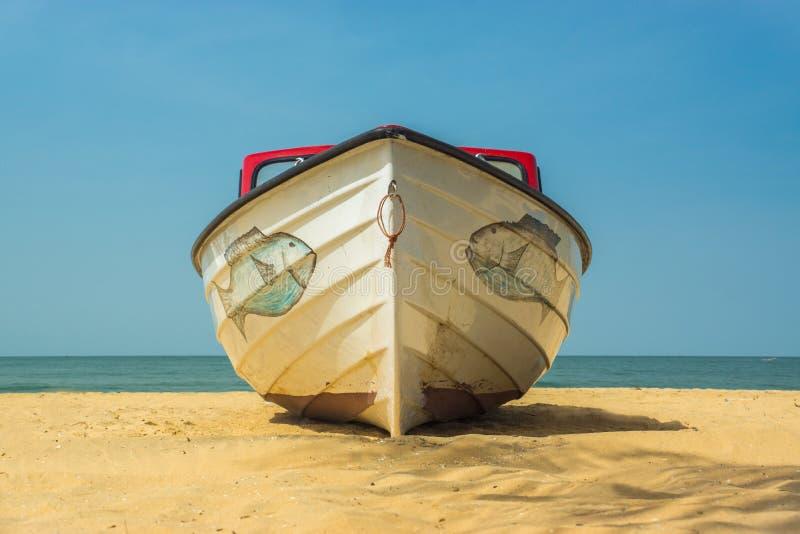 Een boot op het strand in Gambia, West-Afrika stock foto's