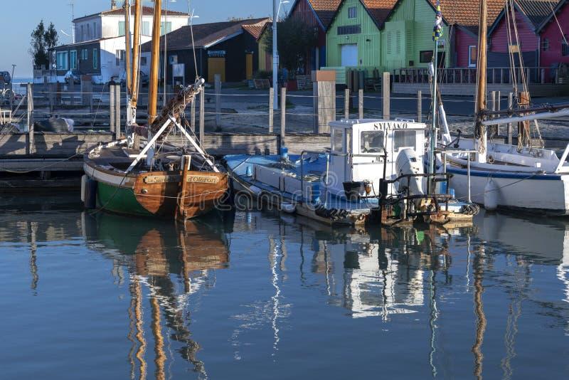 Een boot van Oestervissen legde naast een genoegen varende ambacht vast Île D 'Oléron royalty-vrije stock afbeeldingen