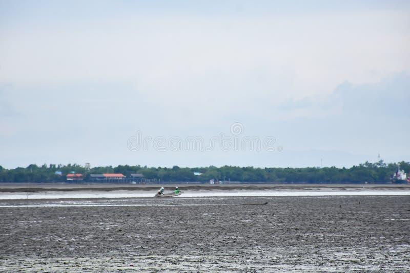 Een boot van toeristen over de overzeese partij van Don Hoi in Samut songkham, stock foto's