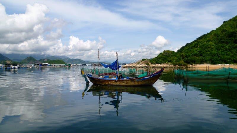 Een boot in Vietnam stock foto's