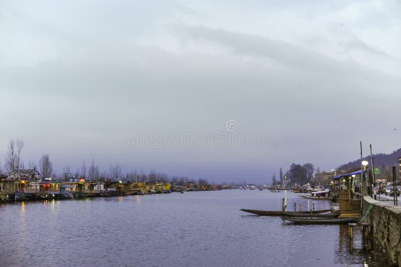 Een bootvraag ` Shikara ` die door plaatselijke bevolking wordt gebruikt om kruis te reizen Dal Lake royalty-vrije stock fotografie