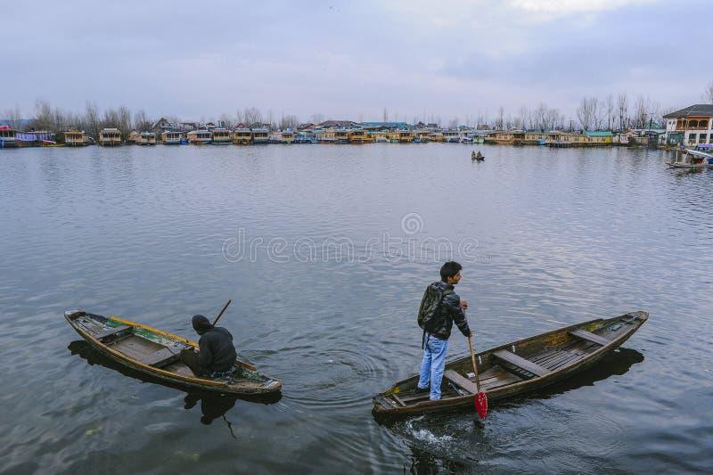 Een bootvraag ` Shikara ` die door plaatselijke bevolking wordt gebruikt om kruis te reizen Dal Lake stock foto
