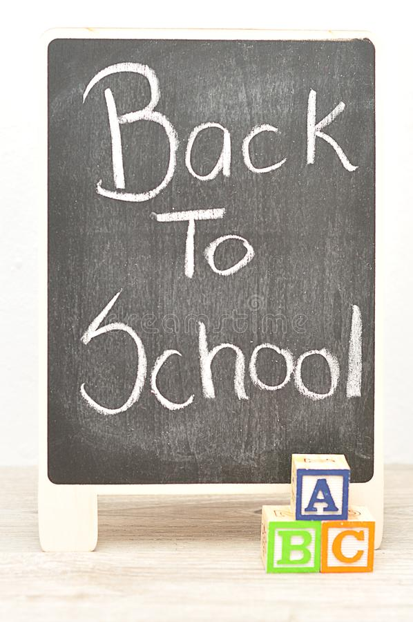Een bord met de woorden terug naar School met alfabetblokken stock afbeeldingen