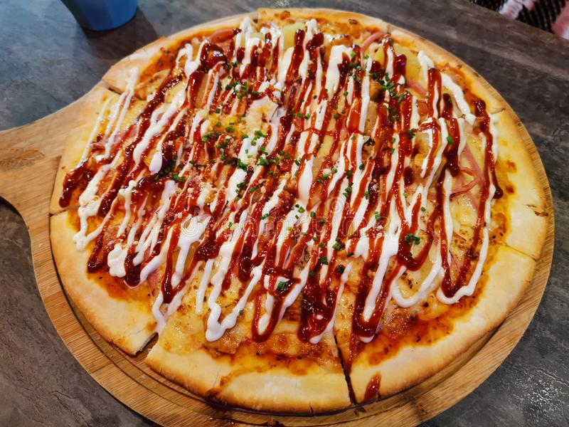 Een bord vleesminnaar Pizza stock afbeelding