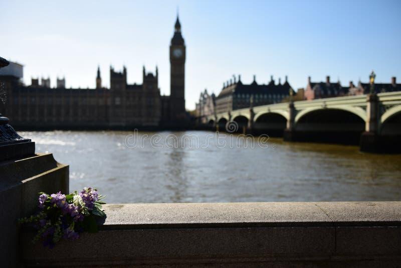 Een bos van Bloemen met Big Ben op een Onscherpe Achtergrond royalty-vrije stock afbeeldingen