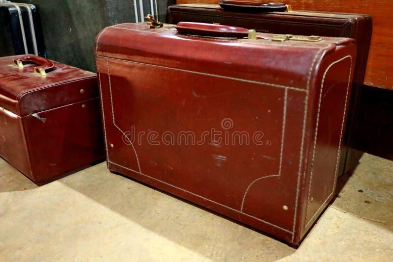Een bos van bruine koffers Antieke Bagage stock foto