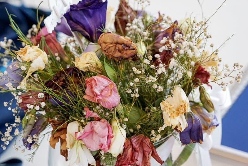 Een bos van dode bloemen in verschillende soorten en kleuren stock fotografie