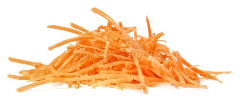 Een bos van gehakte wortelen die op wit worden geïsoleerd Close-up royalty-vrije stock afbeeldingen