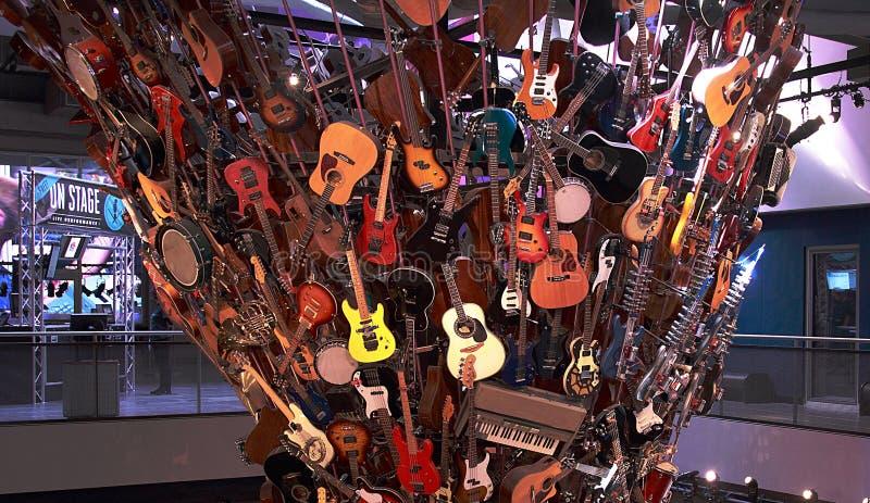 Een bos van instrumenten vooral gitaren bij het Project EMP van de Ervaringsmuziek in Seattle royalty-vrije stock fotografie