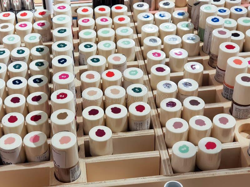 Een bos van kleurrijk nagellak in houten doos stock foto