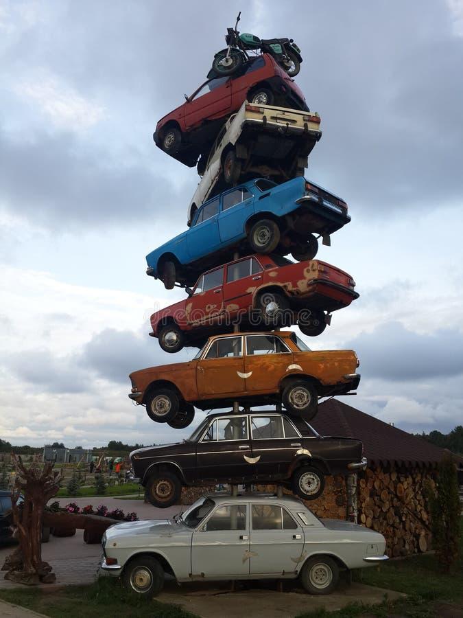 Een bos van oude auto's stock foto
