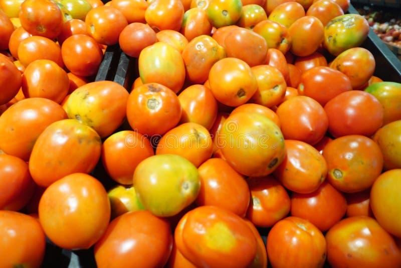 Een bos van tomaten in de supermarkt royalty-vrije stock fotografie