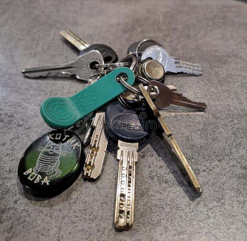 Een bos van verscheidene moderne sleutels op de lijst royalty-vrije stock afbeelding