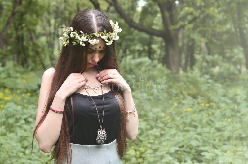 Een bosbeeld van een mooi jong brunette van Europese verschijning met donkere bruine ogen en grote lippen Op het meisje is het ho royalty-vrije stock foto's