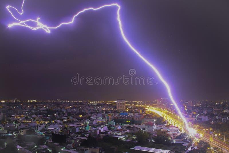 Een bout van bliksem over de hemel stock afbeeldingen