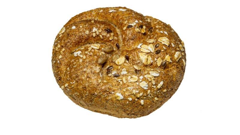 Een bout van vers gebakken brood met diverse die zadenpompoen, vlas, havermeel, gierst op een witte achtergrond wordt geïsoleerd royalty-vrije stock foto