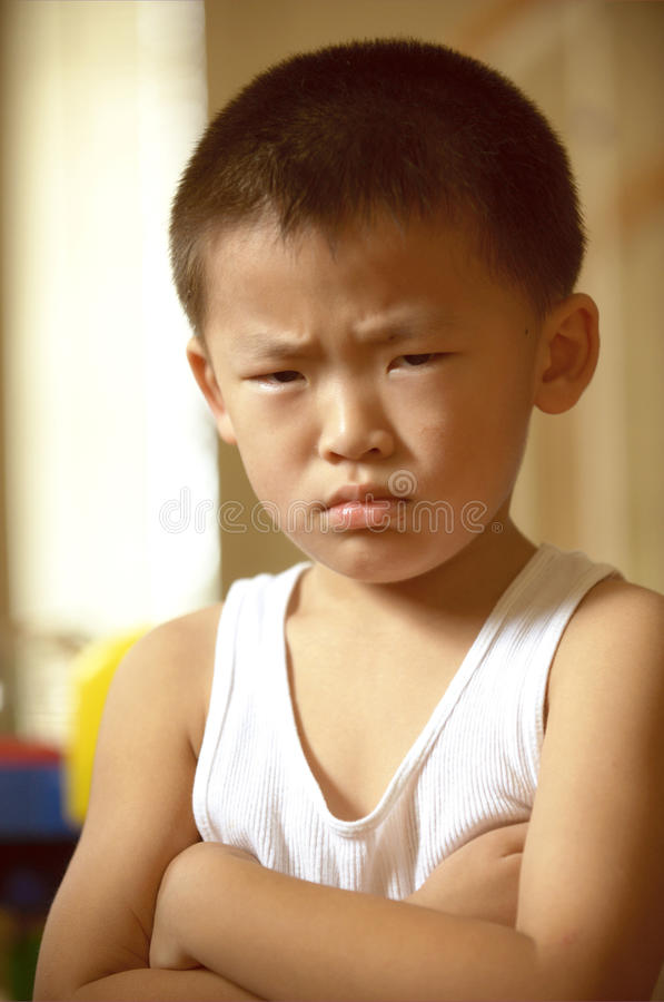 Een boze jongen stock afbeelding