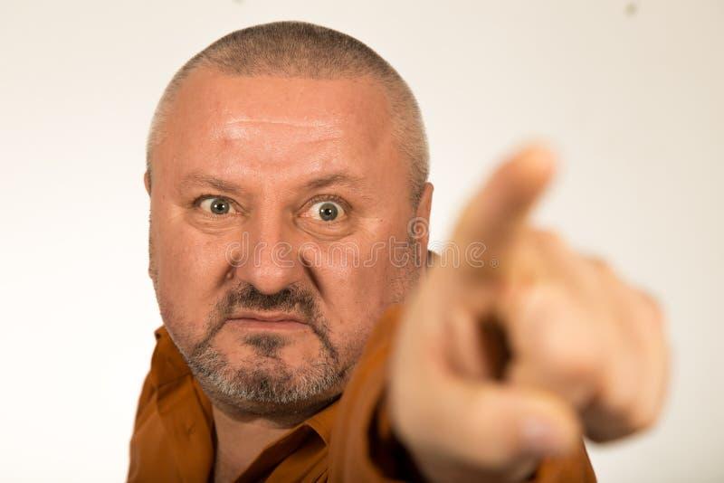 Een boze mens die met baard vinger richten op u royalty-vrije stock afbeelding