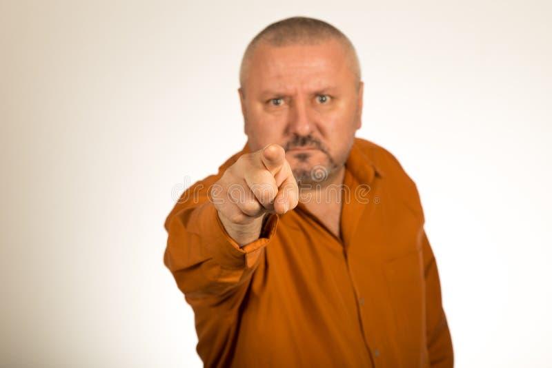 Een boze mens die met baard vinger richten op u stock foto's