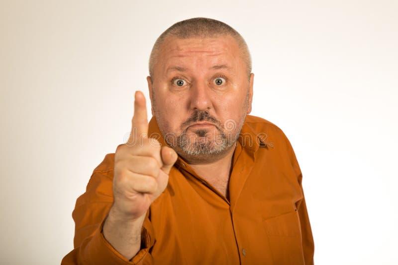 Een boze mens die met baard vinger richten op u royalty-vrije stock afbeeldingen