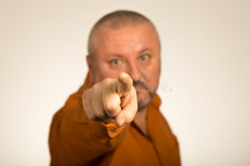 Een boze mens die met baard vinger richten op u royalty-vrije stock fotografie