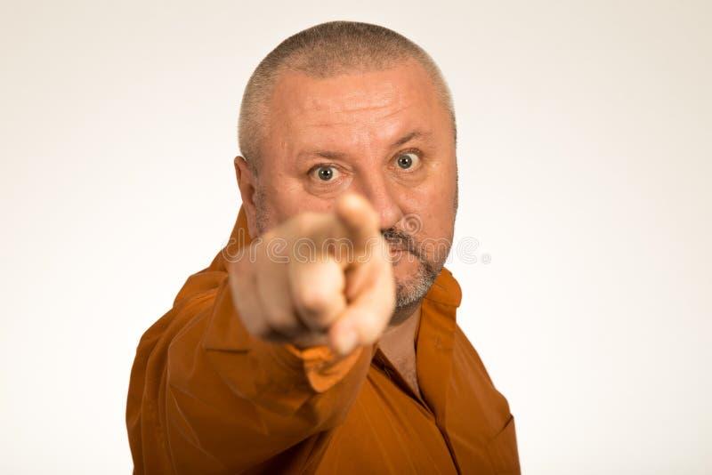 Een boze mens die met baard vinger richten op u stock afbeelding