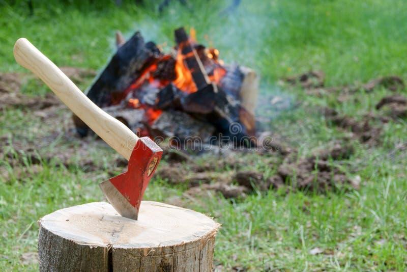 Een in brand gestoken open haard door het meer Gebrande stukken van hout en as in een plaats voor rokende branden royalty-vrije stock foto's