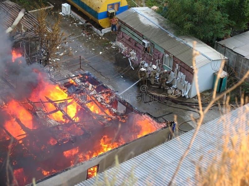 Een brand in een rust kamp dichtbij Odessa stock afbeeldingen