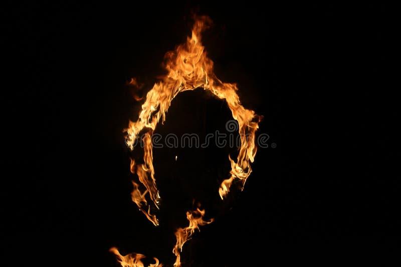 Een brandbaar vuur dat ontploft in een cirkel stock foto