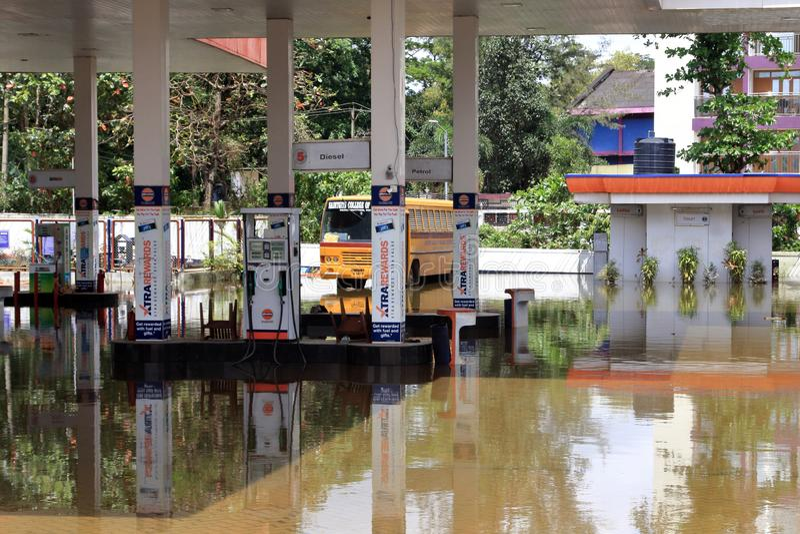Een brandstofpost is overstroomd met regenwater stock foto's