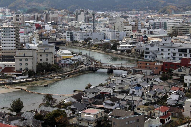 Een een brandvrachtwagen en ziekenwagen kruisen de brug in Karatsu royalty-vrije stock foto's