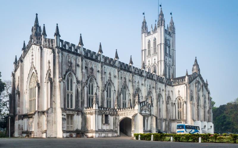 Een brede hoekmening van de Kathedraal van Saint Paul ` s op een zonnige Zondag Ochtend stock fotografie